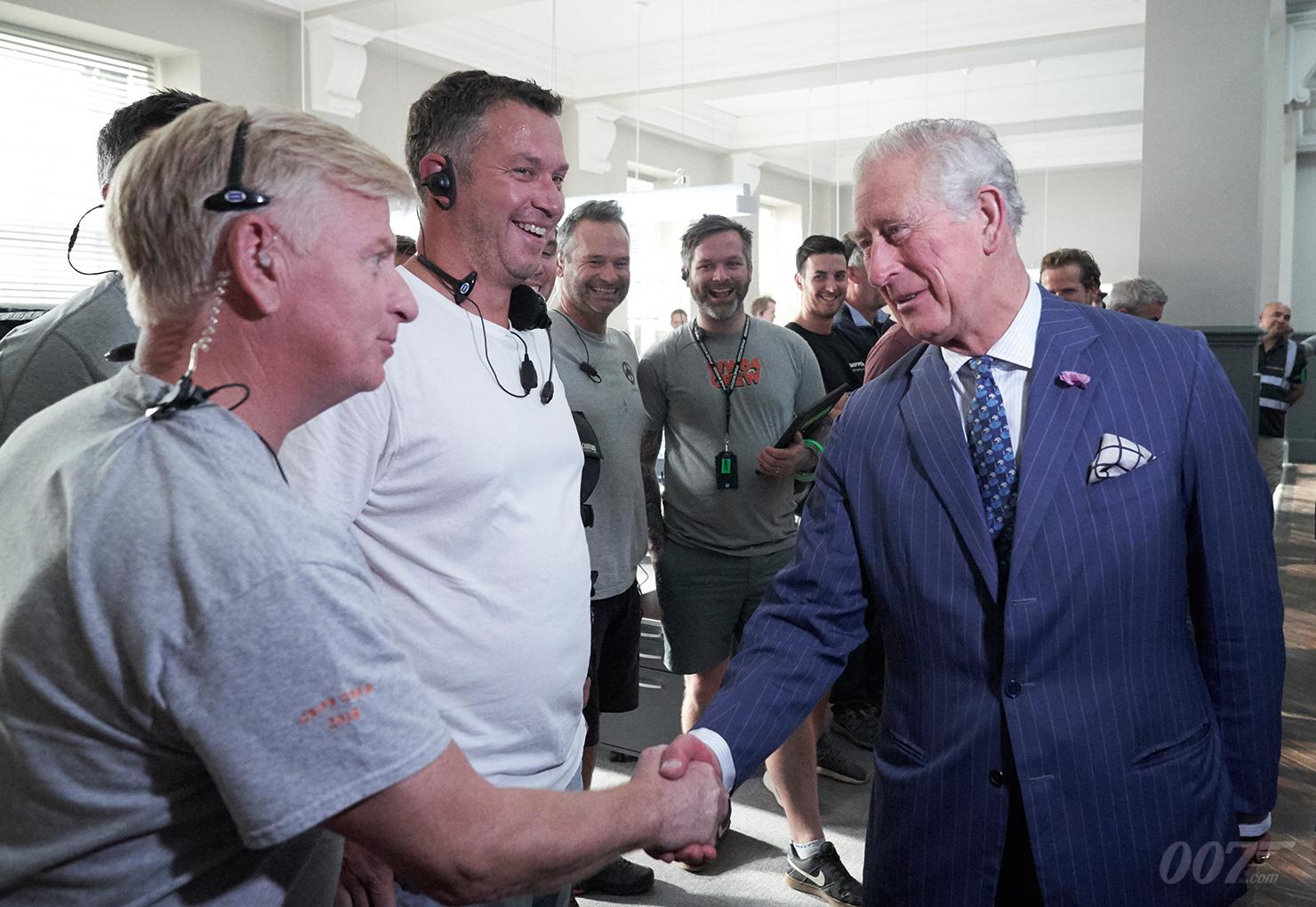 Prinz Charles schüttelt zahlreichen Crew-Mitgliedern die Hände (c) 007.com