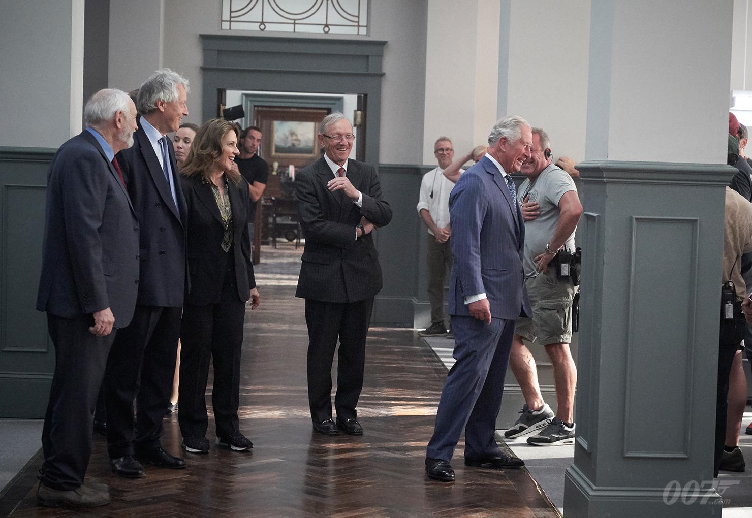 Prinz Charles tourt durch die aufgebaute B25-Sets in Pinewood (c) 007.com