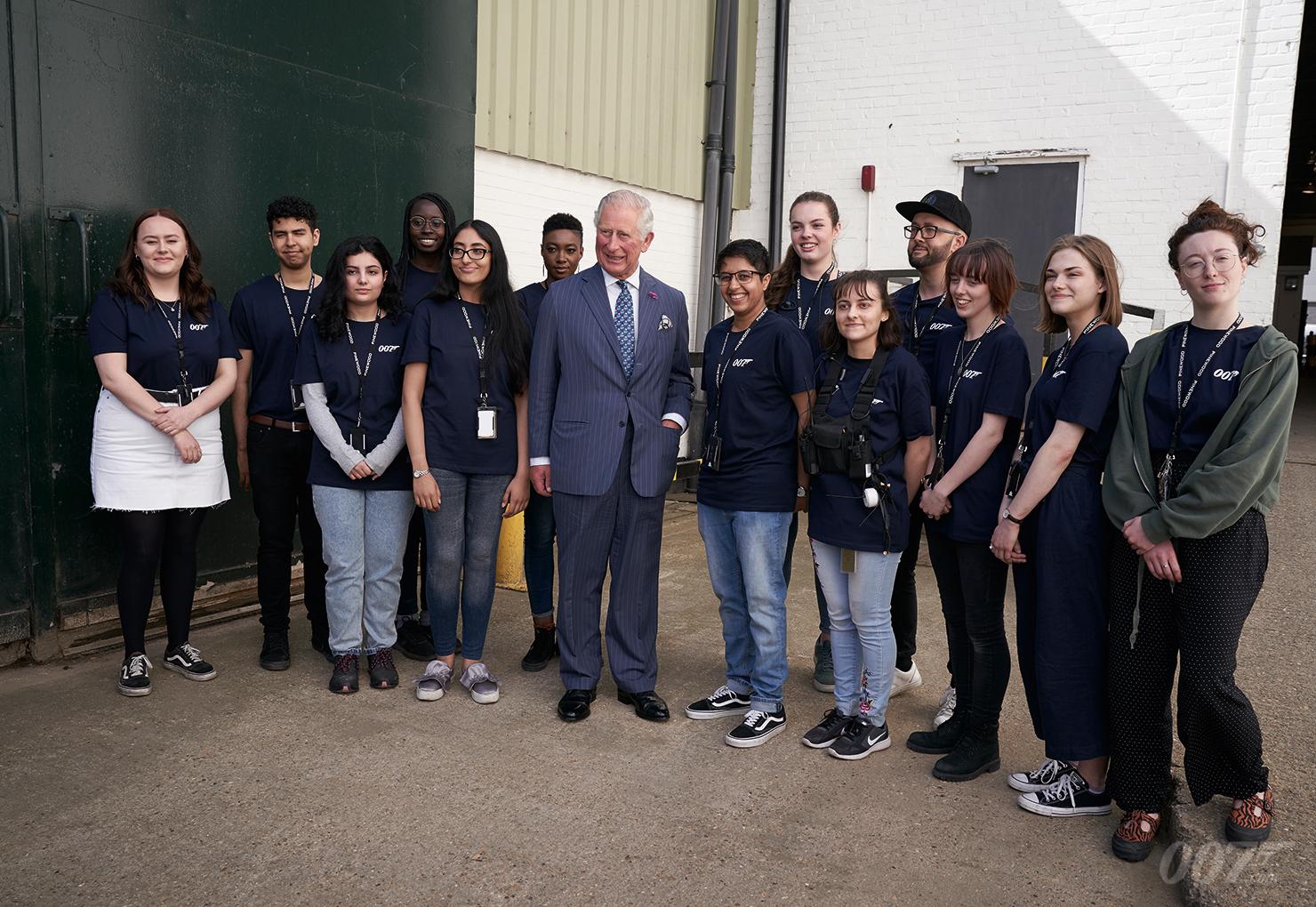 Prinz Charles inmitten der jungen Trainees von den Londoner Filmschulen, die bei der Produktion mitwirken dürfen (c) 007.com