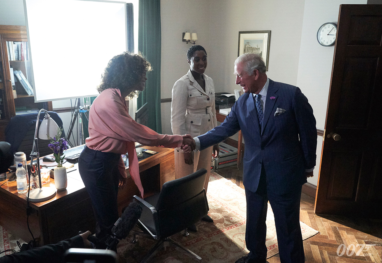 Prinz Charles mit Naomie Harris und Lashana Lynch in Moneypenny's Büro (c) 007.com