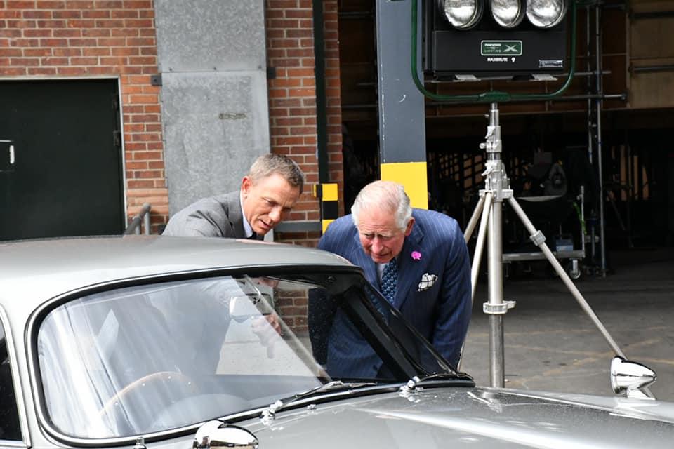 Craig zeigt Prinz Charles den Nachbau des legendären DB5