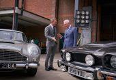 Daniel Craig und Prinz Charles vor dem Aston Martin DB5 und dem V8 (c) 007.com