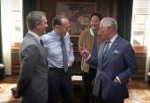 """Prinz Charles zusammen mit Daniel Craig, Ralph Fiennes und Regisseur Cary Fukunaga im Büro von """"M"""" (c) 007.com"""