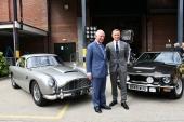 Prinz Charles und Daniel Craig vor dem DB5 und V8