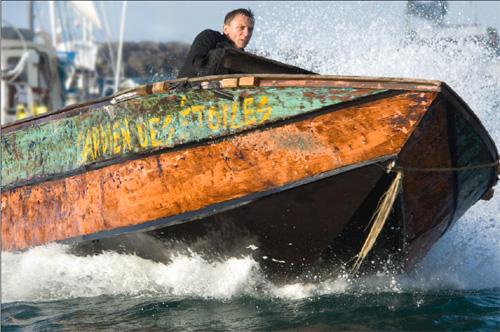 джеймс бонд на лодке