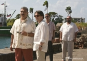 V.l.n.r.: General Modrano (JOAQUIN COSIO), Dominic Greene (MATHIEU AMALRIC), Elvis (ANATOLE TAUBMAN) und Lt. Orso (JESUS OCHOA) treffen sich auf einem Quai in Haiti.