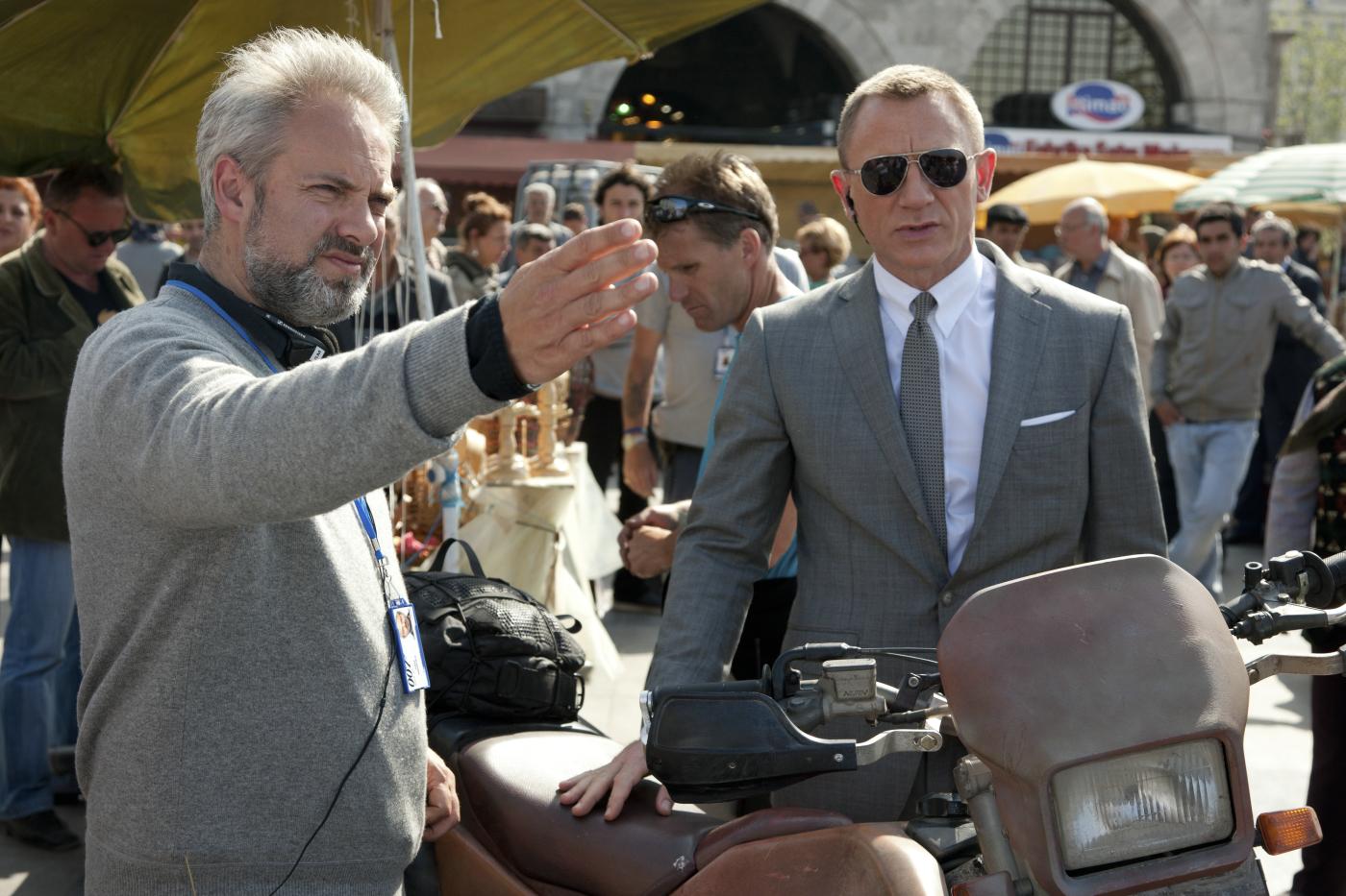 Regisseur SAM MENDES und DANIEL CRAIG während der Dreharbeiten am Set von Sony Pictures\' SKYFALL. © 2012 Sony Pictures Releasing GmbH