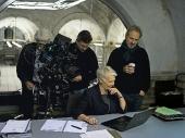 Judi Dench (Mitte) mit Regisseur Sam Mendes (rechts) während der Dreharbeiten am Set von Sony Pictures\' SKYFALL. © 2012 Sony Pictures Releasing GmbH