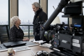 Judi Dench (links) mit Regisseur Sam Mendes (rechts) während der Dreharbeiten am Set von Sony Pictures\' SKYFALL. © 2012 Sony Pictures Releasing GmbH