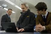 (v.l.n.r.:) DANIEL CRAIG mit Regisseur SAM MENDES und BEN WHISHAW während der Dreharbeiten am Set von Sony Pictures\' SKYFALL. © 2012 Sony Pictures Releasing GmbH
