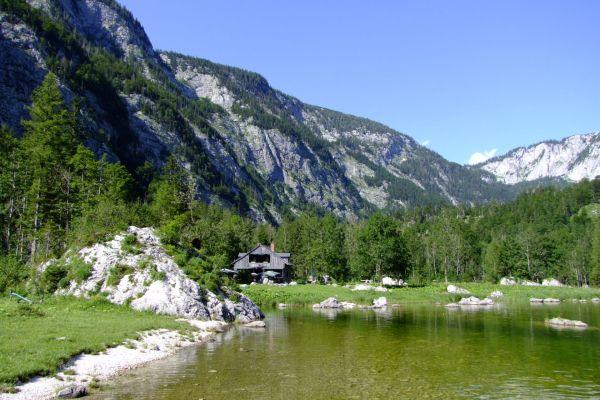 """Das Gasthaus """"Jagdhaus Seewiese"""" von einem nahe gelgenenen Ufer aus gesehen © Wikipedia"""