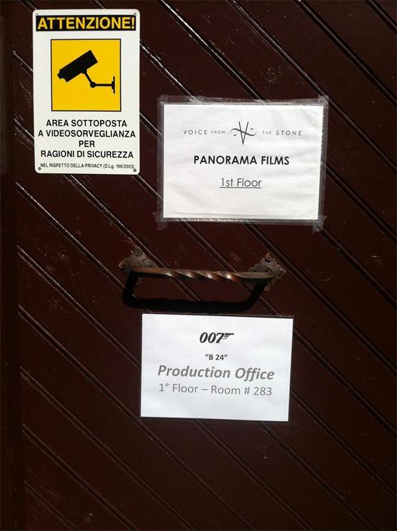 Die Tür des in Rom eingerichteten Produktionsbüros © Archivo007.com