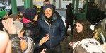 Daniel Craig vor dem Hotel Seevilla mit den wartenden Fans © APA