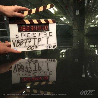 """""""Pushing the boat"""" lautete der Kommentar zum aktuellen Klappenbild. Sehen wir 007 nicht nur in Österreich auf einem Boot? © 007.com"""