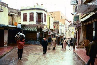 Die Altstadt Medina mit ihren engen Gassen, den vielen Märkten, Cafes und Geschäften gehört zu den größten Attraktionen von Tanger © Wikipedia